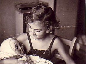 http://gwiku18.at/wp-content/uploads/2018/05/Lucia-with-one-of-her-dolls-she-had-to-leave-behind-1939-290x215.jpg